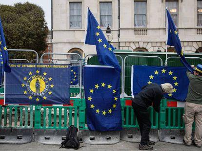 Banderas europeas de protesta frente al Parlamento británico.