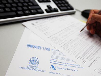 Papeles para la confección de la declaración de la Renta de los contribuyentes.