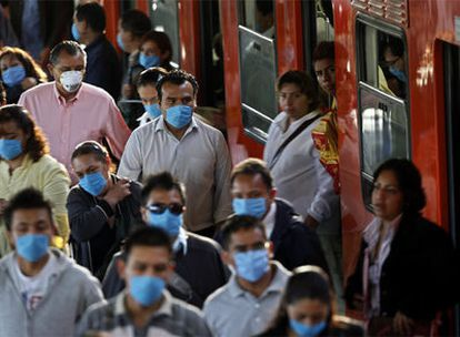 Usuarios del metro, ayer en México DF.