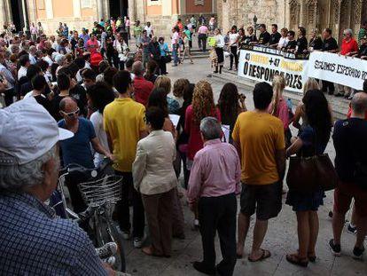 Concentración de las víctimas del accidente del Metro en la plaza de la Virgen de Valencia.