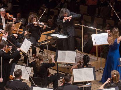 El director Vladímir Yúrovski (de frente) y la violinista Nicola Benedetti con la London Philharmonic, el jueves en el Auditorio Nacional.