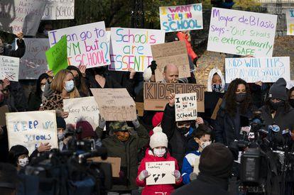 Padres de niños en Nueva York protestan contra el cierre de los colegios, el pasado 19 de noviembre.