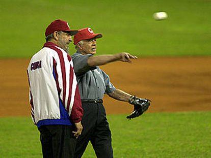 El ex presidente de EE UU Jimmy Carter (derecha) y Fidel Castro antes de jugar un partido de béisbol en La Habana.
