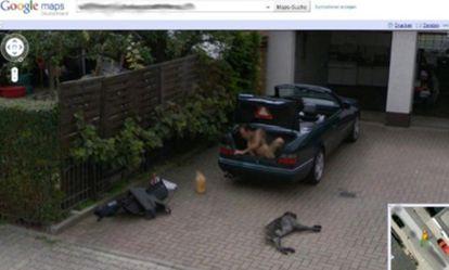Un hombre desnudo en un maletero captado por Street View en Alemania.