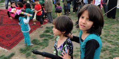 Varios niños afganos juegan el pasado 25 de abril, en Kabul.