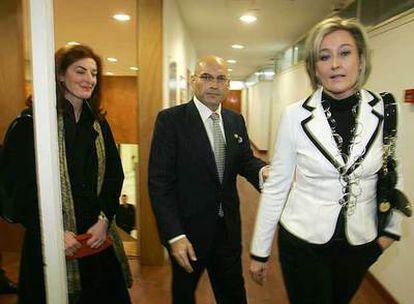El juez Javier Gómez Bermúdez; su esposa, Elisa Beni (a la derecha), y Maite Pagazaurtundua.