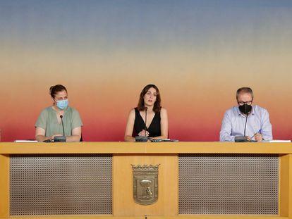La portavoz en la Asamblea de Más Madrid, Rita Maestre, junto a su equipo, durante la rueda de prensa que hace balance tras un año de la firma de los Pactos de Cibeles. DAVID ARENAL
