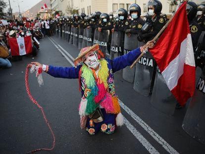 Un artista realiza una actuación en protesta contra la crisis política en Perú, el 15 de noviembre.