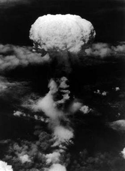 Tres días después de la tragedia de Hiroshima, una segunda bomba atómica cayó sobre Nagasaki. El B-29 <i>Bockscar</i> decidió no lanzarla sobre Kokura, unas decenas de kilómetros al norte, debido a la falta de visibilidad. Cerca de 74.000 personas murieron al instante y otras 75.000 perdieron la vida en los meses siguientes.