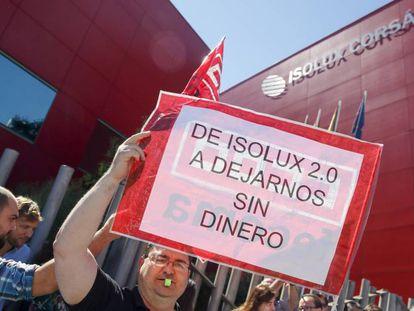 Un centenar de trabajadores de Isolux protesta ante la sede antes de la celebración de la Junta.