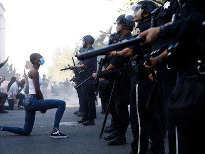Una joven se postra ante la policía durante una protesta por el asesinato de George Floyd, en San José (California), el pasado 29 de mayo.