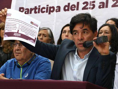 Jesús Ramírez, portavoz de López Obrador, muestra la pregunta de la consulta sobre el aeropuerto.