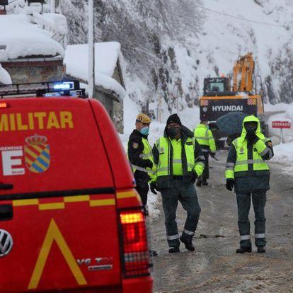 Equipos de rescate trabajan en la búsqueda de uno de los dos trabajadores de una máquina quitanieves sepultados por un alud en el puerto de San Isidro, este domingo en Aller (Oviedo).