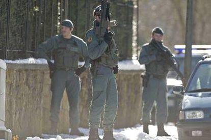 Agentes de la Guardia Civil durante un registro, ayer en Elorrio (Vizcaya), relacionado con ETA.