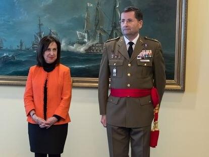 La ministra Margarita Robles con el general Enseñat, en enero de 2020.