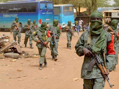 Soldados malienses y exrebeldes realizan patrullas conjuntas en Gao (Malí), el pasado 23 de febrero.