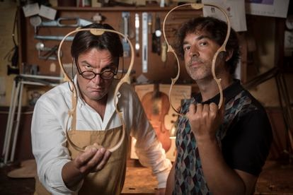 El lutier David Bagué (izquierda) e Igor Cortadellas, director y guionista de 'Symphony', en el taller del primero.