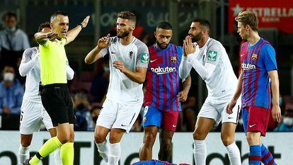 Jugadores del Granada protestan una decisión del árbitro en el partido contra el Barça el 20 de septiembre.