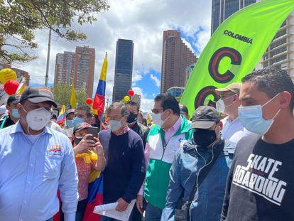 El líder de izquierda, Gustavo Petro, junto a una manifestante, este miércoles en el centro de Bogotá.