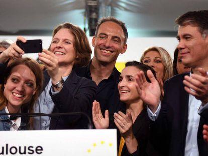 Raphael Glucksmann (centro), Claire Nouvian y el líder socialista Olivier Faure (derecha) en Toulouse