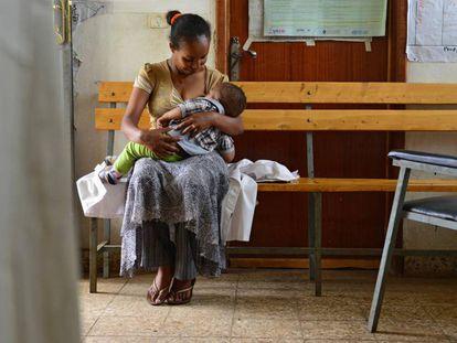 La doctora Elsebet Aklilu hace una pausa para dar el pecho a su hijo de diez meses, Fikir Mekete, en el centro de salud donde trabaja, en el pueblo de Maderia (Etiopía).