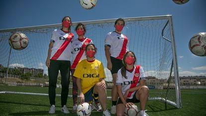 Cinco de las integrantes del equipo femenino de fútbol adaptado del Rayo Vallecano en la Ciudad Deportiva.