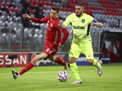 Lewandowski trata de marcharse de Koke durante el último Bayern-Atlético de la Liga de Campeones. (AP)