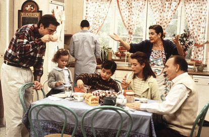 Una escena de 'Médico de familia', una de las ficciones castizas y cien por cien blancas de la España de los noventa.