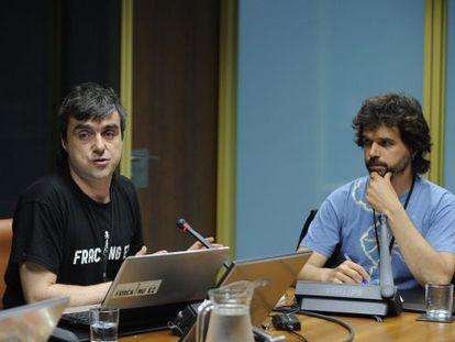 Mikel Otero, a la izquierda, durante la comparecencia en el Parlamento vasco.