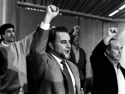 Julio Anguita y Francisco Frutos cantan 'La internacional' con el puño en alto en la jornada de clausura del XIV Congreso del PCE., en 1995.