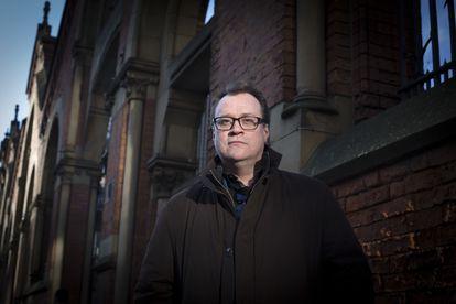Russell T. Davies, en una calle de Manchester.