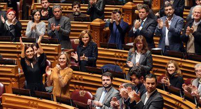 Diputados portugueses aplauden la aprobación de la ley que permite adoptar a las parejas gais.