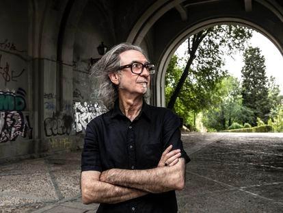Eugenio Castro, autor del libro 'Madrid rediviva', en el viaducto.