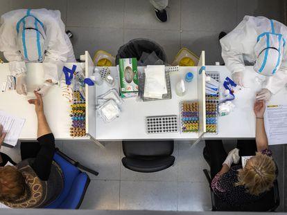 Sanitarios valencianos realizando las pruebas de coronavirus.