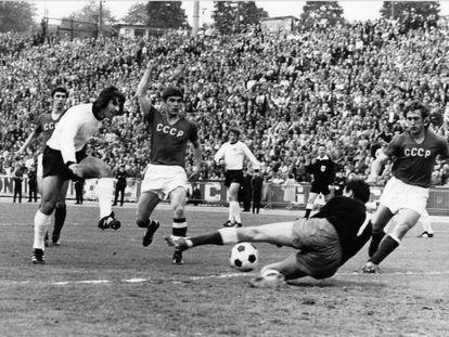 Müller marca a la URSS en la final de la Eurocopa de 1972 que ganó Alemania.