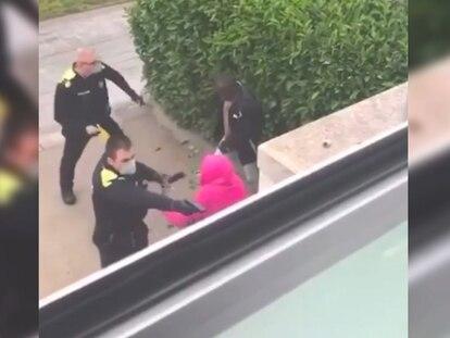 Imagen del vídeo de la agresión de dos policías a un presunto ladrón.