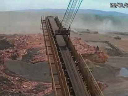 Un vídeo de un canal de televisión muestra cómo se desborda la represa y cómo intentan huir los trabajadores que estaban en las inmediaciones