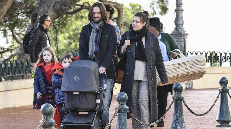 Carlota Casiraghi con Dimitri Rassam y sus hijos, en Mónaco en diciembre de 2018.