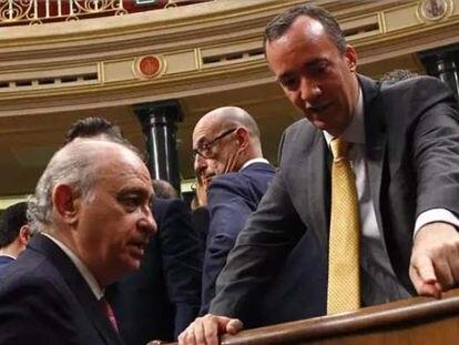 El exministro del Interior Jorge Fernández Díaz y el que fuera su secretario de Estado de Seguridad, Francisco Martínez en el Congreso de los Diputados.