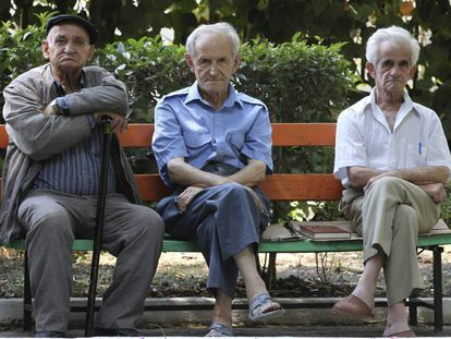 Jubilados en un parque.