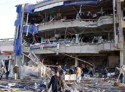 Varios iraquíes rastrean los escombros de un edificio de Kirkuk dañado ayer por la explosión de una bomba.