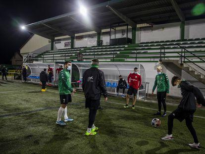 Un entrenamiento del Fisterra, equipo de la Tercera División gallega.
