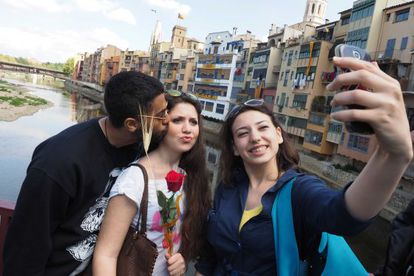 Tres jóvenes se hacen un 'selfie' en Girona.