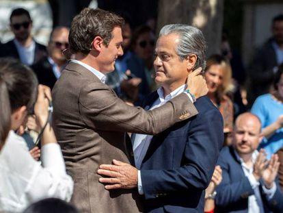 Albert Rivera se abraza a Marcos de Quinto, su número dos al Congreso por Madrid, el 16 de marzo. En vídeo, de Quinto anuncia su candidatura al Congreso.