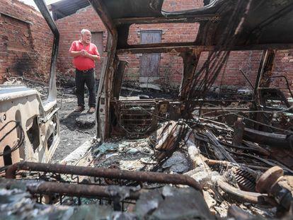 Imágenes de los resultados del incendio de la sierra de Gredos. Pablo Zazo del municipio de Villaviciosa mostrando como llegó el fuego a la puerta de su casa.