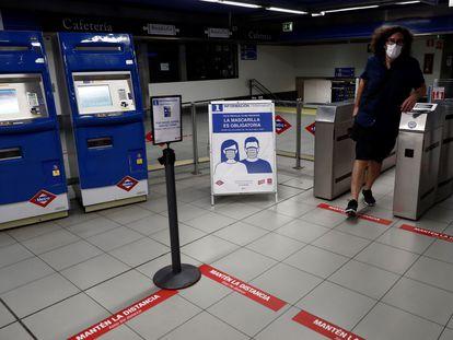 - Vista de los carteles informativos referentes a la pandemia en el metro de Ópera en Madrid, este martes. La Comunidad de Madrid reabrirá otros 62 accesos del suburbano en la fase 2.