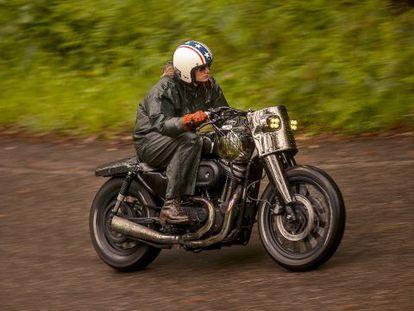 La diseñadora Valeria Líbano prueba la 'Malo/Bueno', una Harley modificada por El Solitario, la empresa que encabeza con su marido David Borrás.
