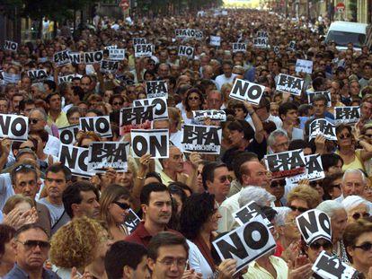 """Masiva manifestación contra ETA y por el Estatuto y la Constitución, celebrada en San Sebastián en el año 2000, convocada por el colectivo """"Basta ya""""."""