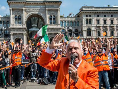 El exgeneral Antonio Pappalardo, líder de los 'chalecos naranjas', en la manifestación del sábado en Milán.