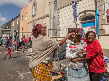 Refugiados del grupo alojado en la plaza Greenmarket, en el centro de Ciudad del Cabo, en Sudáfrica.
